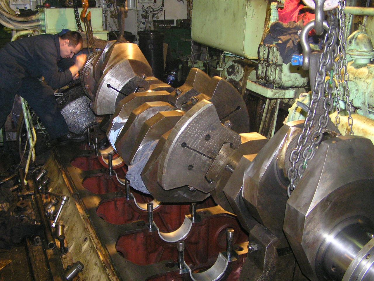в процессе ремонта двигателя судна