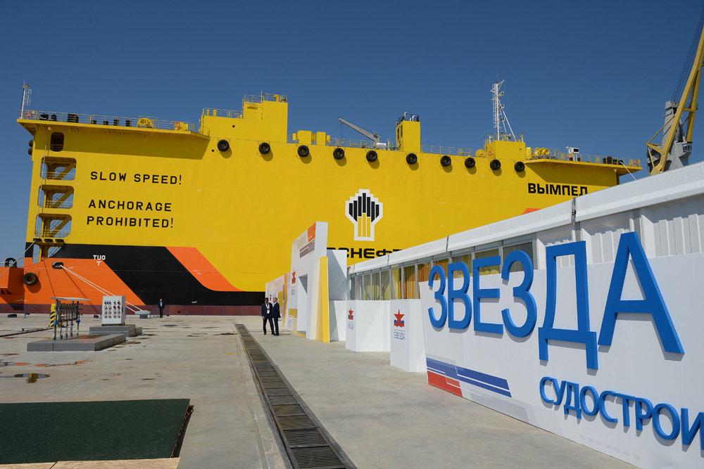 новый танкер на стройке на судостроительном заводе